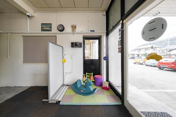 冷房完備、キッズコーナーありの待合室